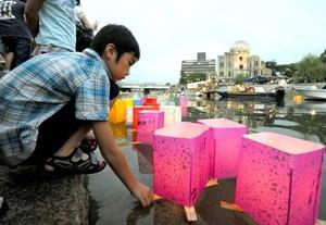 El acuerdo, firmado en Hiroshima por el primer ministro Taro Aso, tras la ceremonia para recordar el lanzamiento de la bomba atómica, pone fin a la batalla judicial que en 2003 iniciaron sobrevivientes contra el Estado para ser reconocidos como víctimas del ataque.