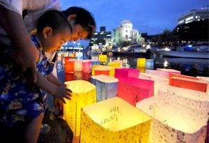 El gobierno japonés firmó un cuerdo para compensar y dar atención médica a más de 300 sobrevivientes del ataque atómico de Estados Unidos contra la ciudad de Hiroshima, en el marco del 64 aniversario del bombardeo, que dejó 140 mil muertos.