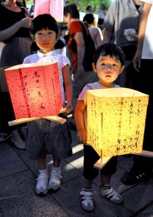 Entre el elaborado arte japonés destaca una grulla de unos dos centímetros, obra de la niña Sadako Sasaki, quien murió a los doce años víctima de la leucemia tras estar expuesta a las radiaciones de los bombardeos de Hiroshima en 1945.