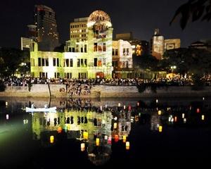 Más de 10 mil grullas de papel, hechas a mano por familias japonesas de víctimas de los atentados terroristas de 2001 en NY, sirvieron para conmemorar el 64 aniversario de los bombardeos atómicos sobre Hiroshima y Nagasaki en un centro neoyorquino dedicado al recuerdo del 11-S.