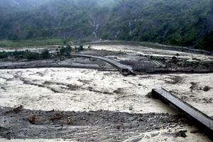 Centenares de personas seguían presumiblemente atrapados por un torrente de lodo y rocas que enterró sus casas.