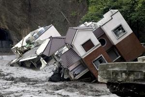 Los helicópteros militares rescataron a aldeanos de remotas comunidades taiwanesas arrasadas por el tifón 'Morakot' que dejó al menos 70 muertos.