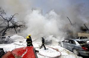 Un testigo, identificado como Alaa Abdul Karim, declaró que la oleada de explosiones que sacudió la capital levantaron numerosas columnas de humo negro y polvo.