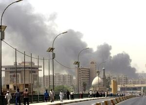 La detonación también causó destrozos en el Parlamento iraquí, que se encuentra en el mismo recinto, así como daños a numerosos comercios de la zona.