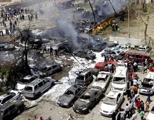 El peor atentado ocurrió cuando un camión bomba estalló cerca del Ministerio de Relaciones Exteriores en el barrio de Salhiyah, donde al menos 59 personas murieron y otras 250 resultaron heridas, según fuentes policiales.