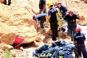 Los equipos de rescate buscaron bajo las piedras a posibles supervivientes del desprendimiento ocurrido en una playa del Algarve en el sur de Portugal.
