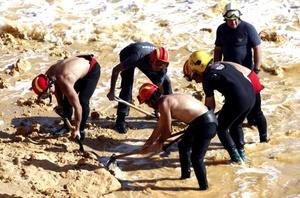 Esta playa es un lugar muy frecuentado por turistas y estaba 'llena de gente' con casi un millar de bañistas a la hora del accidente, según los medios lusos.