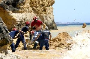El Instituto Nacional de Emergencia Médica (INEM), confirmó la existencia de tres nuevos cadáveres de sexo femenino, cuyos cuerpos se encontraban sepultados, y se unen a una mujer de 37 años que murió en el hospital de Faro, y a un hombre de 60 años.