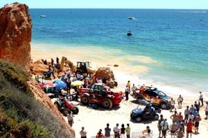 Cinco personas han perdido la vida en el desprendimiento de piedras ocurrido en la playa Maria Luísa del Algarve, en el sur de Portugal, muy visitada por turistas extranjeros.