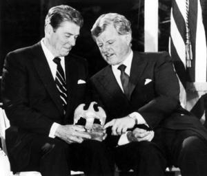 Edward M. Kennedy, el 'león Liberal' del Senado, fue miembro de una de las familias más carismáticas y aristócratas en Estados Unidos y dedicó su vida al servicio público en retribución, tras reconocerse privilegiado.