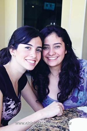 ENTRE AMIGAS EriHernández yMónicaGarcía, compartiendo agradables momentos durante una reunión.