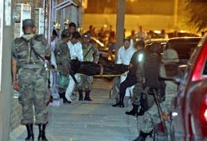 Al menos un centenar de militares, policías locales y federales, y agentes de la PGR acudieron al lugar de la matanza.