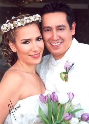 Contrajeron sagrado matrimonio, Dra. Perla del Rocío Montes Sarmiento y Dr. Jorge Alberto Pinedo Guerrero, en el Santuario de Cristo Rey el 27 de mayo de 2009.  <p> <i>Alonzo Fotografía</i>