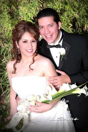 Contrajeron matrimonio Srita. Beatriz Elizabeth Maravillas Sánchez y Sr. Aurelio Daniel Yáñez de la Cruz, en la iglesia de la Encarnación, el 23 de mayo de 2009, en punto de las 20:00 horas.  <p> <i>Studio Sosa  </i>