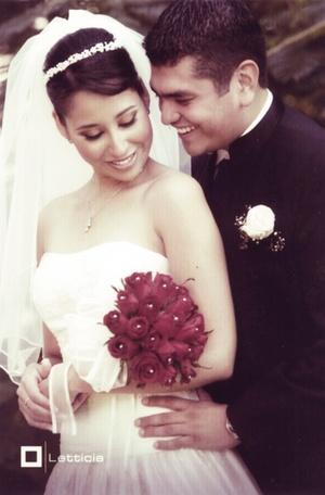 CP. Élida Abigaíl Cortinas Márquez y Sr. José Andrés Cisneros Alvarado, celebraron su tercer aniversario de bodas, el pasado ocho de julio de 2009.  <p> <i>Estudio Letticia</i>
