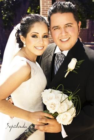 Contrajeron sagrado matrimonio la Srita. Perla Esmeralda del Río Díaz y el Sr. Víctor Manuel Mena Sánchez, en la parroquia Los Ángeles, el pasado sábado 27 de junio de 2009, en punto de las 18:00 horas.  <p> <i>Estudio Sepúlveda</i>