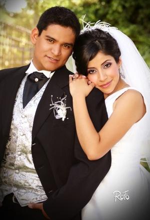 Srita. Gabriela Alejandra Valdez Lozano y Lic. Armando Padilla González, contrajeron matrimonio en la parroquia Los Ángeles el pasado seis de junio de 2009, en punto de las 13:00 horas <p> <i>Rofo Fotografía</i>
