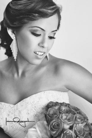 Lic. Perla Lizzeth Mireles Martínez, captada en una fotografía de estudio, con motivo de su unión matrimonial con el Ing. Silverio Martínez González.  <p> <i>Estudio Laura Grageda</i>