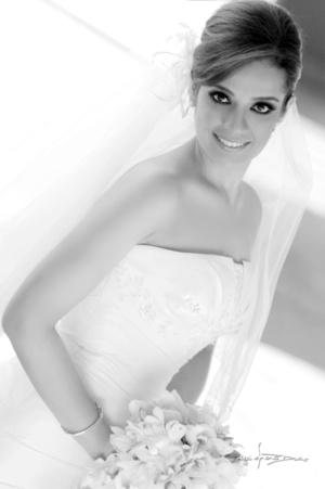 Srita. Etna Suzette Loera Gómez, el día de su boda con el Sr. Luis Enrique Hernández Romo. <p> <i>Maqueda Fotografía</i>