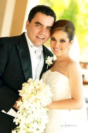 Srita. Etna Suzette Loera Gómez unió su vida a la del Sr. Luis Enrique Hernández Romo, en la parroquia de Los Ángeles, el pasado 27 de junio de 2009, a las 20:30 horas.  <p> <i>Maqueda Fotografía</i>
