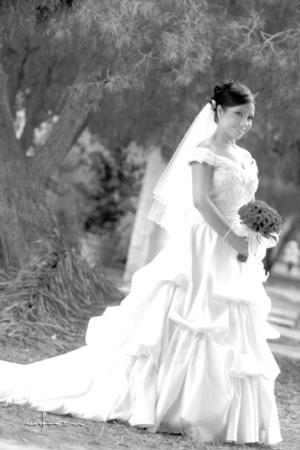 En una fotografía de estudio, Ing. Karina Ivone Rubio Hernández, el día que unió su vida a la del Ing. Marcelo Pérez Ávalos.- Maqueda Fotografía