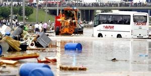 Cientos de vehículos particulares fueron arrastrados por las riadas y cayeron al mar, tanto en Estambul como en Tekirdag.