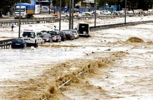 Según el gobernador de Estambul, Muammer Guler, en la región cayeron unos 235 litros de agua por metro cuadrado, la mayor cantidad registrada en los últimos ochenta años.