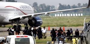 Los pasajeros salieron del avión en dos grupos.