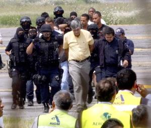 Varias personas fueron detenidas y escoltadas por la policía federal a un vehículo blindado, en una operación en la que no se observaron disparos.