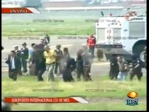 Los pasajeros coincidieron en un hombre que permaneció de pie durante el vuelo y que iba bien vestido, era el único presunto secuestrador al que ellos vieron.