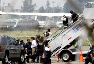 Diversos pasajeros que se comunicaron a la cadena Televisa dijeron que no supieron que estaban secuestrados, sino hasta que el avión aterrizó en el aeropuerto internacional de la ciudad de México y el piloto lo notificó por el altavoz.