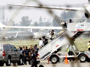 El secretario de Comunicaciones y Transportes, Juan Molinar Horcasitas, informó que el vuelo reportó que tenía una amenaza de secuestro y una amenaza a la seguridad del vuelo.