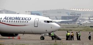 Un avión de Aeroméxico fue secuestrado tras partir del balneario turístico de Cancún, aunque luego de permanecer estacionado por varios minutos en el aeropuerto de la capital fueron liberados ilesos los aproximadamente 100 pasajeros y la tripulación.