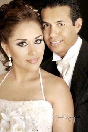 Dra. Nadia Enevi Aguilera Ruiz y Dr. Ricardo Quiroz Ramírez, contrajeron matrimonio en la iglesia del Sagrado Corazón de Jesús, el diez de julio de 2009, a las 17:00 horas.  <p> <i>Estudio Laura Grageda</i>
