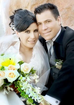 Contrajeron nupcias, Srita. América Celeste Montes Esquivel y Sr. Jorge Alejandro Espino Flores, en la iglesia de San José, el 25 de julio de 2009, en punto de las 17:30 horas.  <p> <i>Sandoval Fotografía</i>