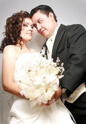 I.B.Q. Yoanna Elizabeth Cárdenas Morales unió su vida a la del L.A.E. Luis Miguel Acosta Sariñana, el sábado primero de agosto de 2009, en punto de las 20:30 horas.  <p> <i>Sandoval Fotografía</i>