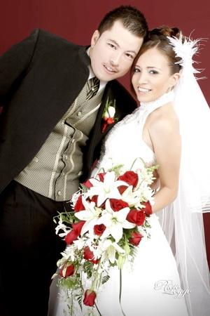 Q.F.B. Blanca Azucena Jiménez Domínguez e Ing. Enrique Delgado Hernández, contrajeron matrimonio en la iglesia de Nuestra Señora de San Juan de los Lagos, el pasado sábado 18 de julio de 2009, en punto de las 19:00 horas.  <p> <i>Photo Loggo Fotografía</i>