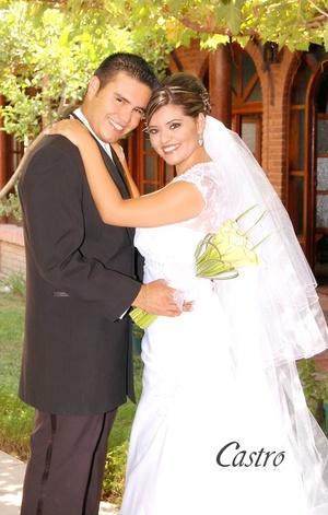 Ing. Ind. Sara Espinosa Andrade y M.C. Víctor Ilich Mirón Orozco, celebraron su unión en la iglesia de los Sagrados Corazones de Jesús y María, el 18 de julio de 2009, a las 18:30 horas.  <p> <i>Castro Fotografía y Video</i>
