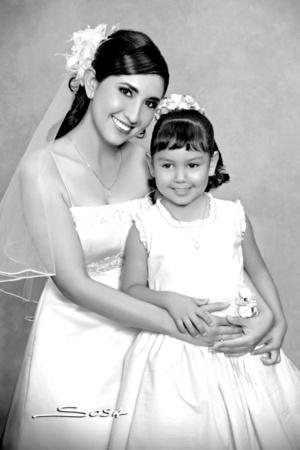 Lic. Leila Rocío Piña Domínguez, en compañía de su sobrina, Leila Alejandra Piña Pacheco, el día de su boda con Lic. Gandhi Limón Villegas. <p> <i>Studio Sosa</i>