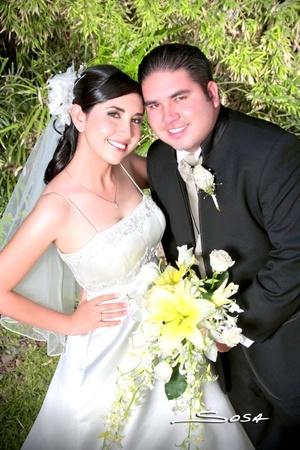 Contrajeron matrimonio, Lic. Leila Rocío Piña Domínguez y Lic. Gandhi Limón Villegas, en el jardín de la Hacienda Los Ángeles, el 25 de julio de 2009, en punto de las 19:00 horas.  <p> <i>Studio Sosa</i>