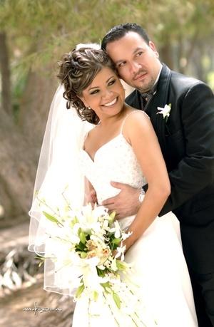 Lic. Cristina Esmeralda Ortega Acosta e Ing. Ramón Alberto Sánchez Bujama, contrajeron sagrado matrimonio el 18 de julio de 2009, en la parroquia de Los Ángeles, en punto de las 18:00 horas. <p> <i>Maqueda Fotografía</i>