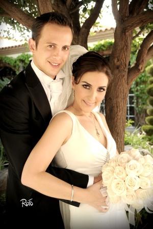 Con una bella ceremonia religiosa, unieron sus vidas en sagrado matrimonio, Srita. Marcela Muñoz Gallegos y Sr. Cristian Wolff Estrada, en la parroquia Los Ángeles, el diez de julio de 2009, en punto de las 19:30 horas. <p> <i>Rofo Fotografía</i>