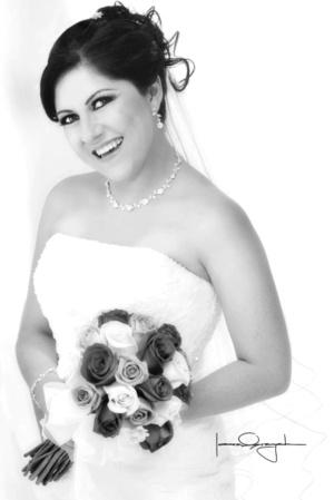 Srita. Guadalupe Sánchez Rodríguez, captada en una fotografía de estudio el día de su boda con el Sr. Sergio Blanco Dorado. <p> <i>Estudio Laura Grageda</i>