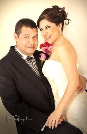 Unieron sus vidas en sagrado matrimonio, Srita. Guadalupe Sánchez Rodríguez y Sr. Sergio Blanco Dorado, en la iglesia de San Pedro Apóstol, el 18 de julio de 2009, en punto de las 17:45 horas.  <p> <i>Estudio Laura Grageda</i>