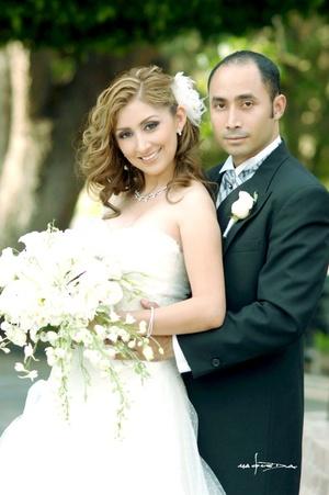 Contrajeron sagrado matrimonio en la iglesia de La Inmaculada Concepción, Dra. Myrna Lizeth Bonilla Dávila y Dr. César Hernández Uscanga, el 18 de julio de 2009, a las 20:00 horas.  <p> <i>Maqueda Fotografía</i>