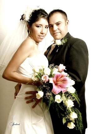 En la iglesia del Inmaculado Corazón de María, unieron sus vidas, Srita. Claudia Marcela Padilla Cerda y Sr. Martín Martínez Reyes, e l25 de julio de 2009, a las 18:00 horas.  <p> <i>Sandoval Fotografía</i>