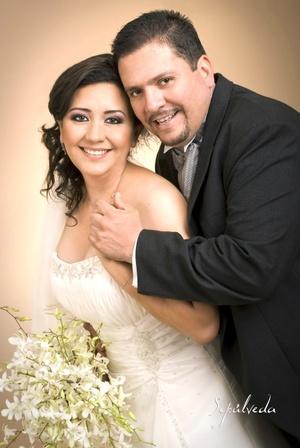 En la iglesia de La Sagrada Familia contrajeron matrimonio, CP. Laura Isabel López Martínez e Ing. Víctor Hugo González Rodríguez, el ocho de agosto de 2009, en punto de las 18:00 horas.  <p> <i>Estudio Sepúlveda</i>