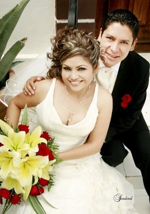 Srita. Nancy Yazmín Martínez Nevárez y Sr. Jacob David Rodríguez Orozco, contrajeron matrimonio, en la iglesia de San Pedro Apóstol, el 15 de agosto de 2009, en punto de las 17:45 horas.  <p> <i>Sandoval Fotografía</i>