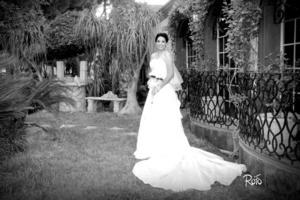 Srita. Conny Estrada Flores, en una fotografía de estudio, con motivo de su enlace nupcial con el Ing. Rogelio Armando Aldaco de Alba.  <p> <i>Rofo Fotografía</i>