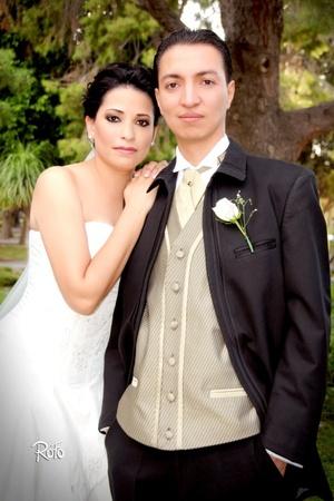 Contrajeron matrimonio, Srita. Conny Estrada Flores e Ing. Rogelio Armando Aldaco de Alba, en la parroquia de San Felipe de Jesús, el 22 de agosto de 2009, a las 20:00 horas.  <p> <i>Rofo Fotografía</i>